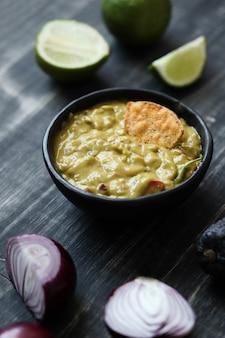 Snacks. nacho met guacamole saus op tafel