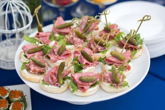 Snacks op tafel bij een feestelijk evenement of diner