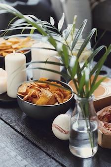 Snacks op tafel met plant en kaarsen