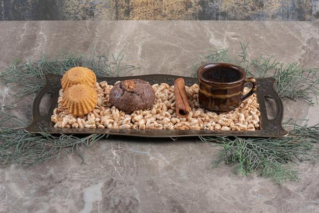Snackschotel met gebakken goederen op marmer.