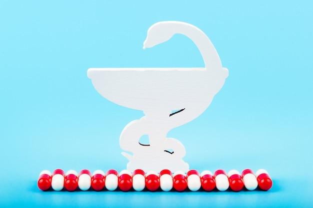 Snake and a bowl bowl of hygieia, een van de symbolen van de apotheek, een medisch symbool