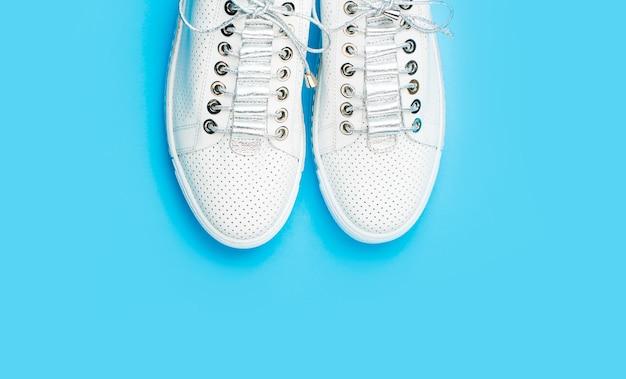 Sneakers geïsoleerd op blauwe achtergrond, mode. witte schoenen.