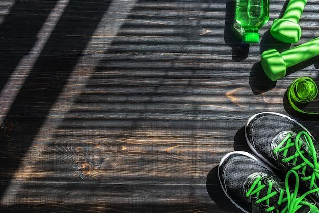 Sneakers halters en een fles water. vlak zicht. alles in één kleur.