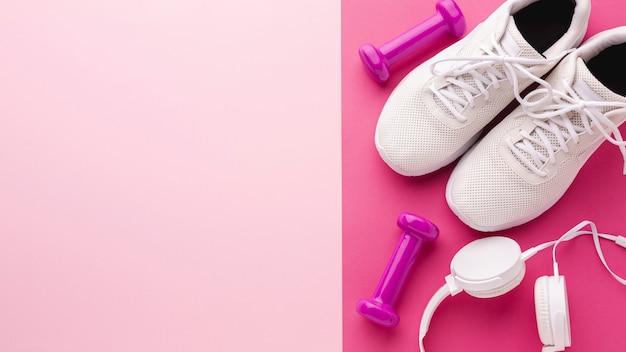 Sneakers hoofdtelefoons en gewichten met kopie ruimte