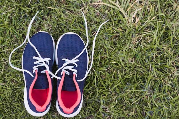 Sneakers op gras
