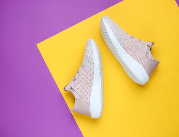 Sneakers. sportschoenen op een creatief kleurendocument.