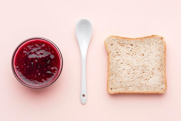 Sneetje brood en kom met jam