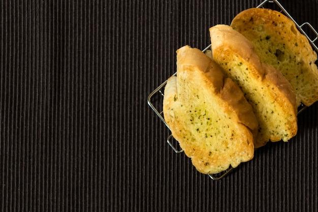Sneetjes brood en knoflook op de tafel
