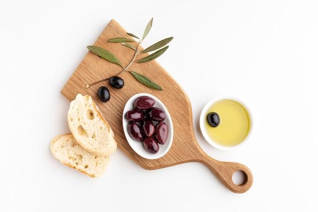 Sneetjes brood en paarse olijven