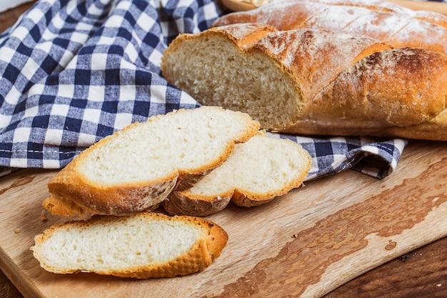 Sneetjes brood in plakjes gesneden op een geruite doek tafelkleed