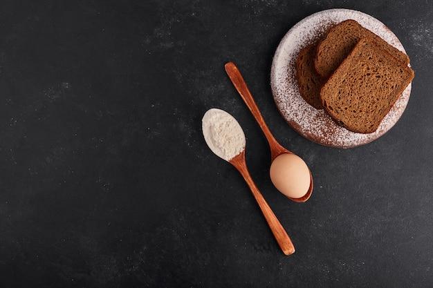 Sneetjes brood met ingrediënten, bovenaanzicht.
