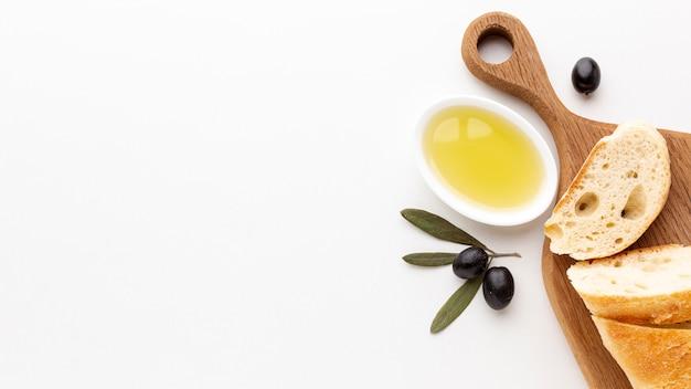 Sneetjes brood met olijfolie en zwarte olijven met kopie ruimte