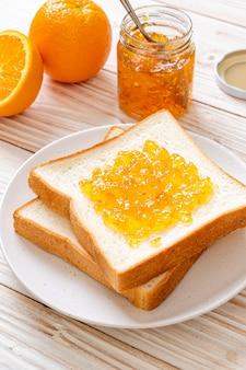 Sneetjes brood met sinaasappeljam
