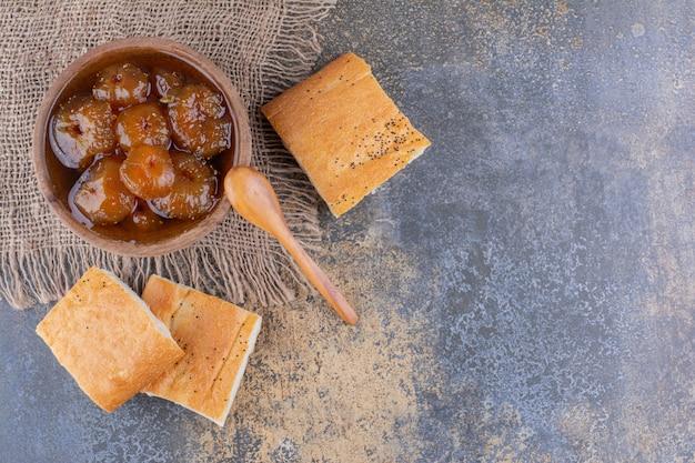 Sneetjes brood met vijgenconfituur in een kopje Gratis Foto