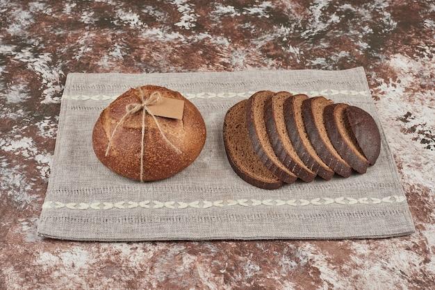 Sneetjes brood op marmer op een stuk handdoek.