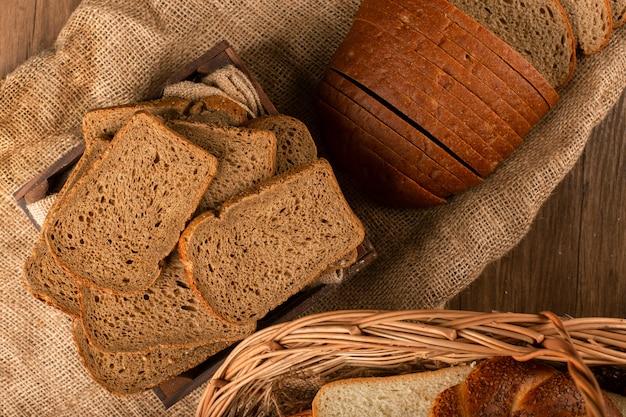 Sneetjes bruin brood in de mand