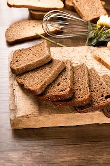 Sneetjes donker brood op het keukenbord