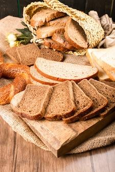 Sneetjes donker en wit brood in doos met smakelijke turkse bagels