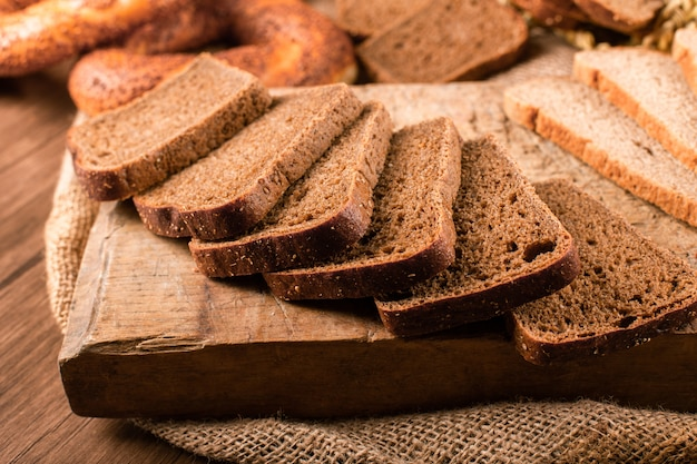 Sneetjes donker en wit brood op het keukenbord