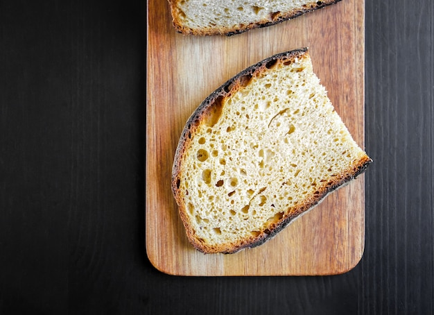 Sneetjes frans landbrood op een houten snijplank