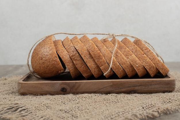 Sneetjes roggebrood op houten plaat met jute. hoge kwaliteit foto