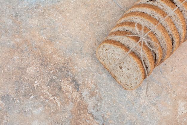 Sneetjes roggebrood op marmeren oppervlak