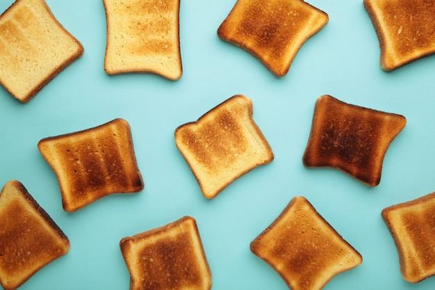 Sneetjes toastbrood op blauw.
