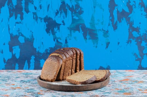 Sneetjes vers brood op een houten bord.
