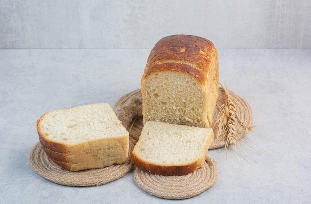 Sneetjes vers brood op marmeren achtergrond. hoge kwaliteit foto