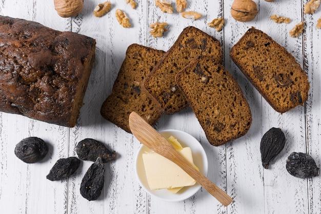 Sneetjes zoet brood met noten en vijgen