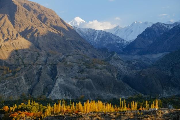 Sneeuw afgedekte karakoram-bergketen in zonsondergangtijd in de herfst