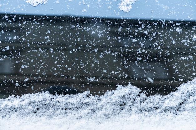 Sneeuw bedekt autoraam