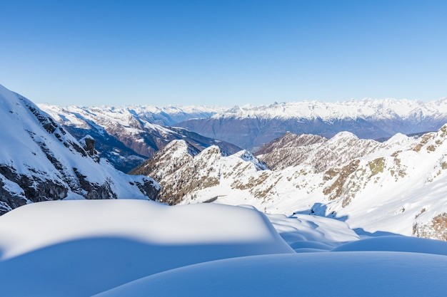 Sneeuw bedekt bergen in de winter