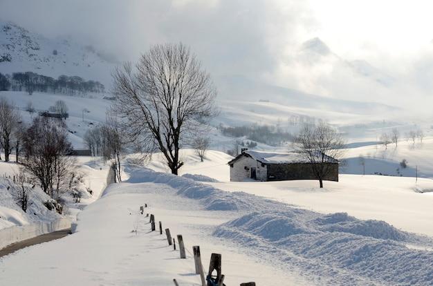 Sneeuw bedekt de weilanden en herdershutten in de valle del pas (valles pasiegos). cantabrië, spanje