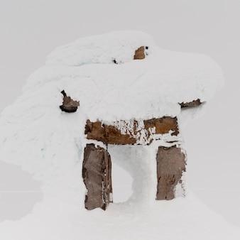 Sneeuw bedekt inuksuk, whistler mountain, whistler, british columbia, canada