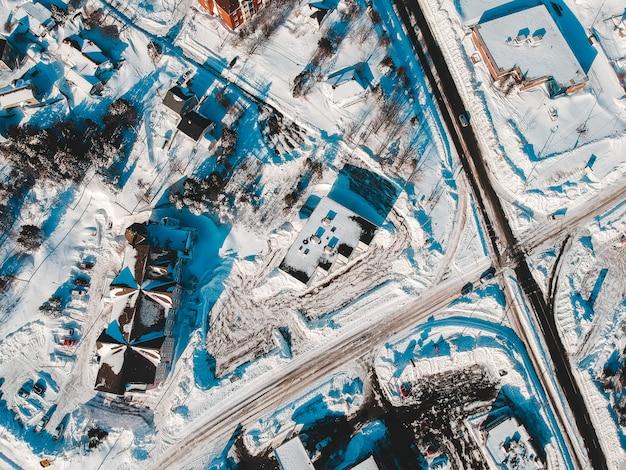 Sneeuw bedekt uitzicht op de stad