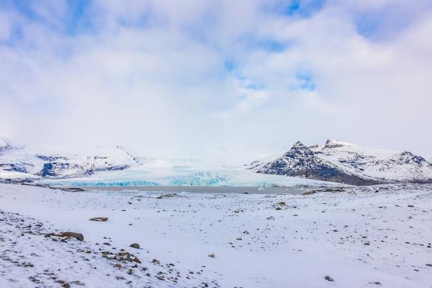 Sneeuw bedekte berg ijsland winterseizoen.