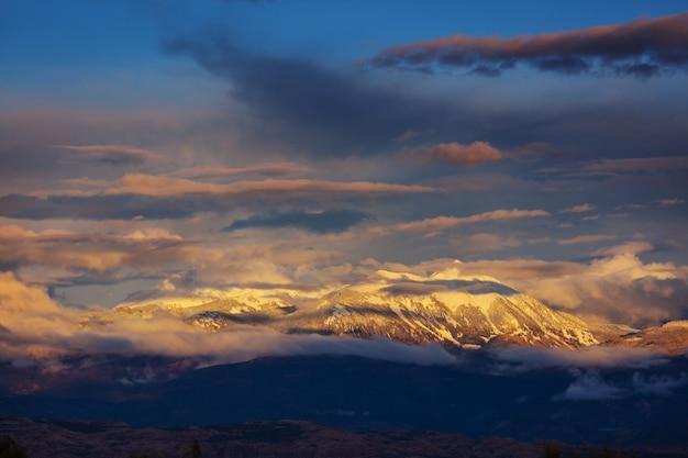 Sneeuw bedekte bergen in de winter