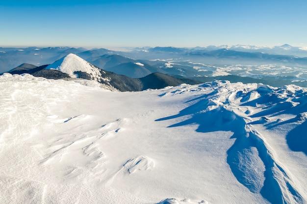Sneeuw bedekte bergen op een zonnige dag