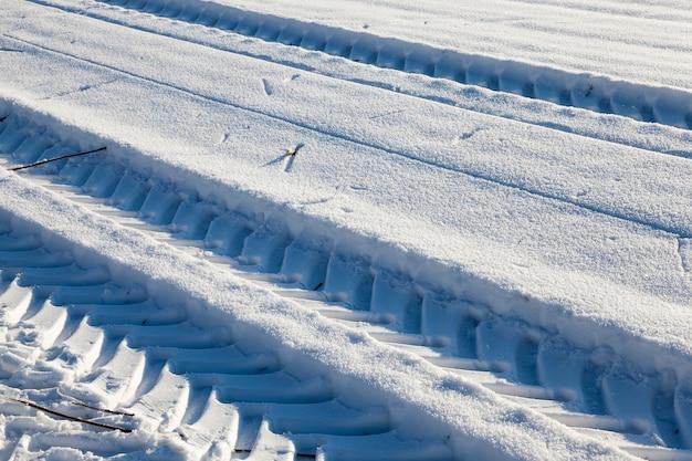 Sneeuw bedekte weg in het winterseizoen, close-upfoto