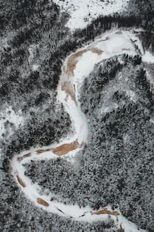 Sneeuw bedekte weg overdag