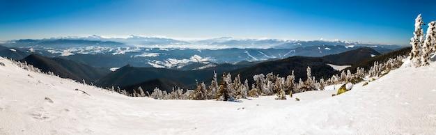 Sneeuw bedekte winter bergen. arctisch landschap. kleurrijke buitenscène, post-bewerkte foto in artistieke stijl.