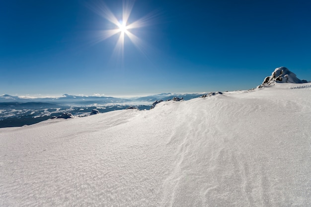 Sneeuw bedekte winter bergen. arctische landschap