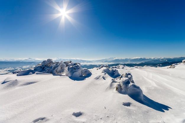 Sneeuw bedekte winter bergen.