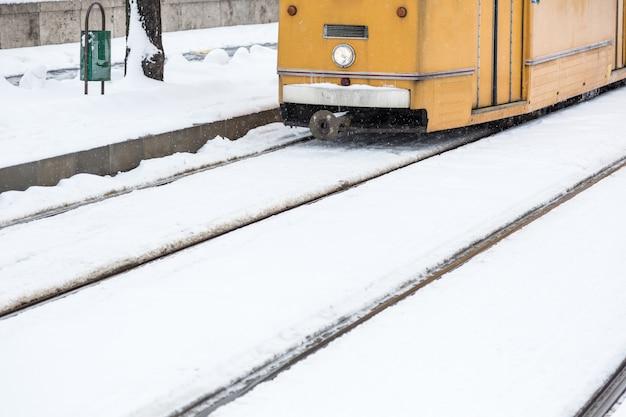 Sneeuw behandeld tramspoor in boedapest