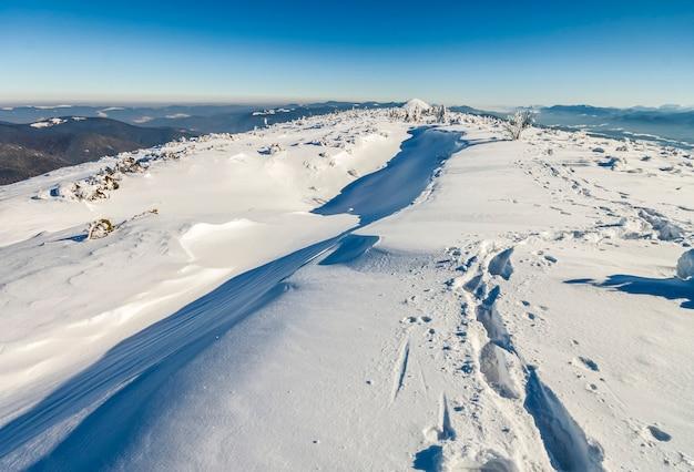 Sneeuw behandelde bergen in zonnige dag. kleurrijke openluchtscène, het gelukkige concept van de nieuwjaarviering.