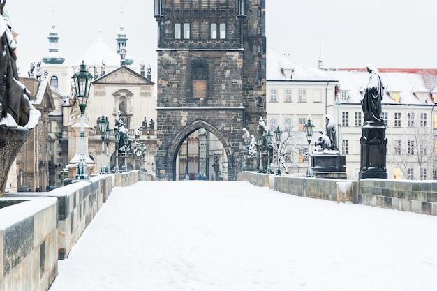 Sneeuw behandelde charles-brug in praag