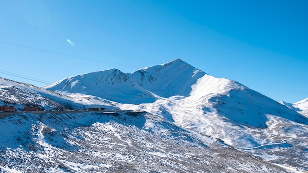 Sneeuw berg blauwe hemel