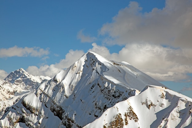 Sneeuw bergtoppen tegen de blauwe hemel