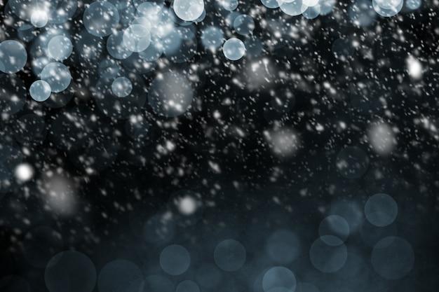 Sneeuw die met bokehachtergrond valt
